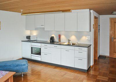Weisse Küche in Holzbau, Schreinerei Sarbach AG Frutigen